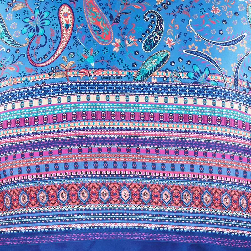 Närbild på Burano örngott i blått.