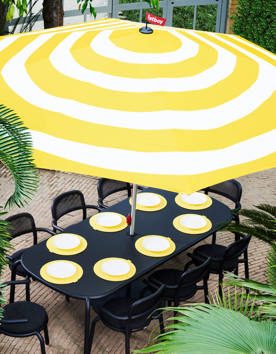 Parasollet Stripesol med matgruppen Toní.