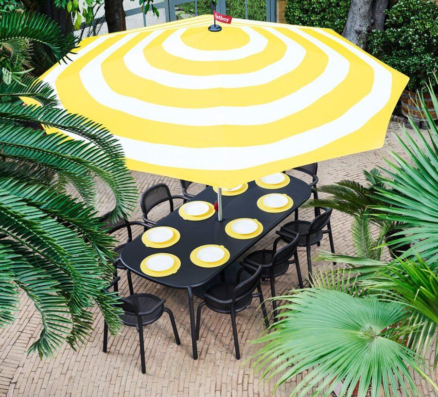 Miljöbild på Toni matgrupp med ett gulrandigt parasoll från Fatboy.