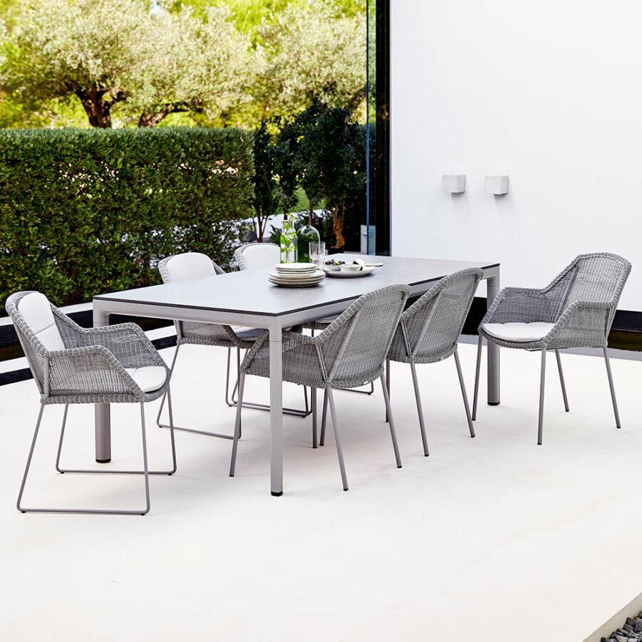Breeze och Drop matgrupp med ljusgrå stolar.