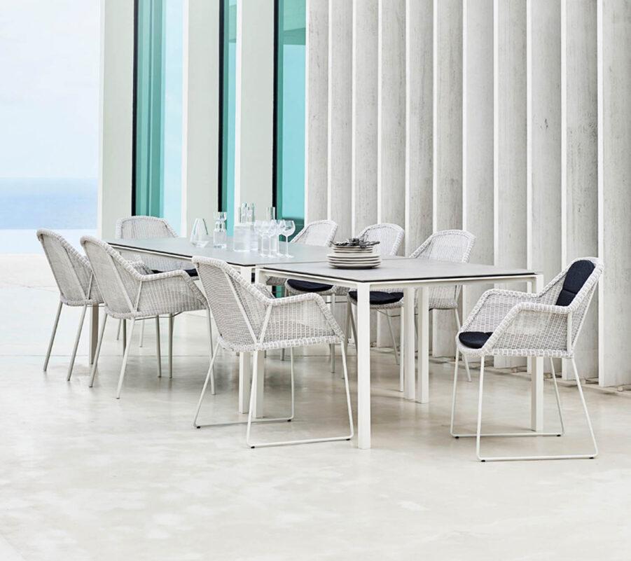Miljöbild på Pure matbord i vitt med Breeze stolar.