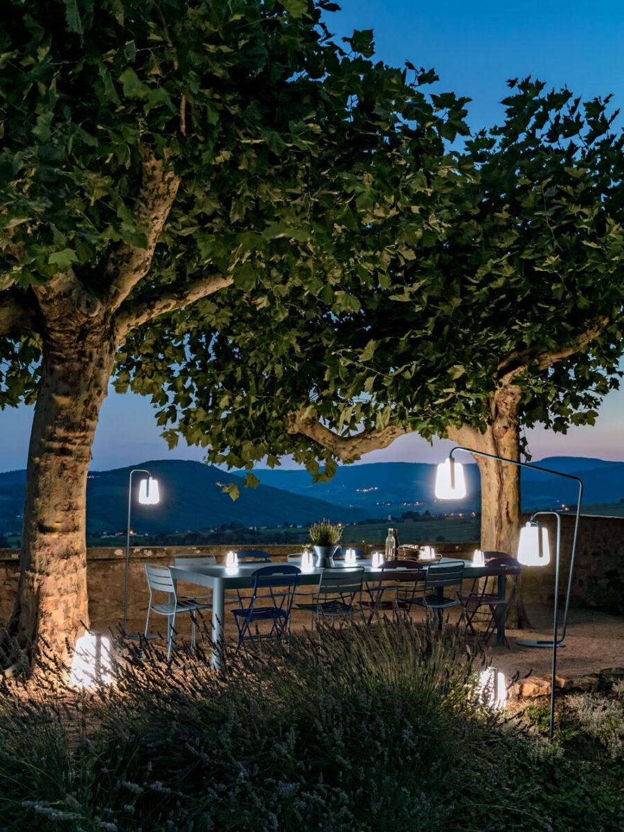 Miljöbild på matgrupp på kvällen med Balad-lampor som lyser upp.