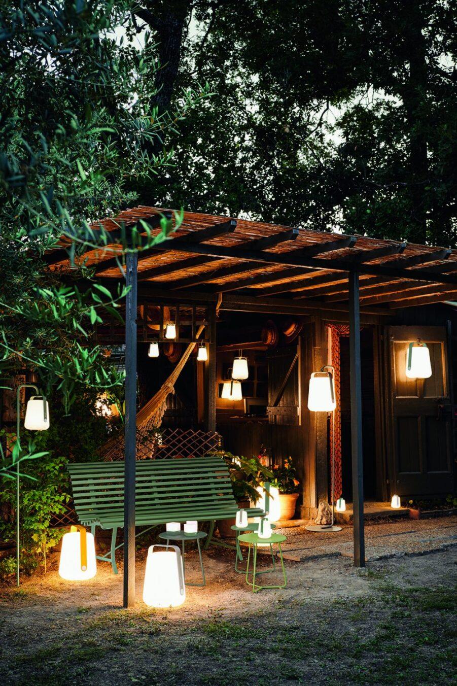 Miljöbild på möbler på kvällen med Balad-lampor.