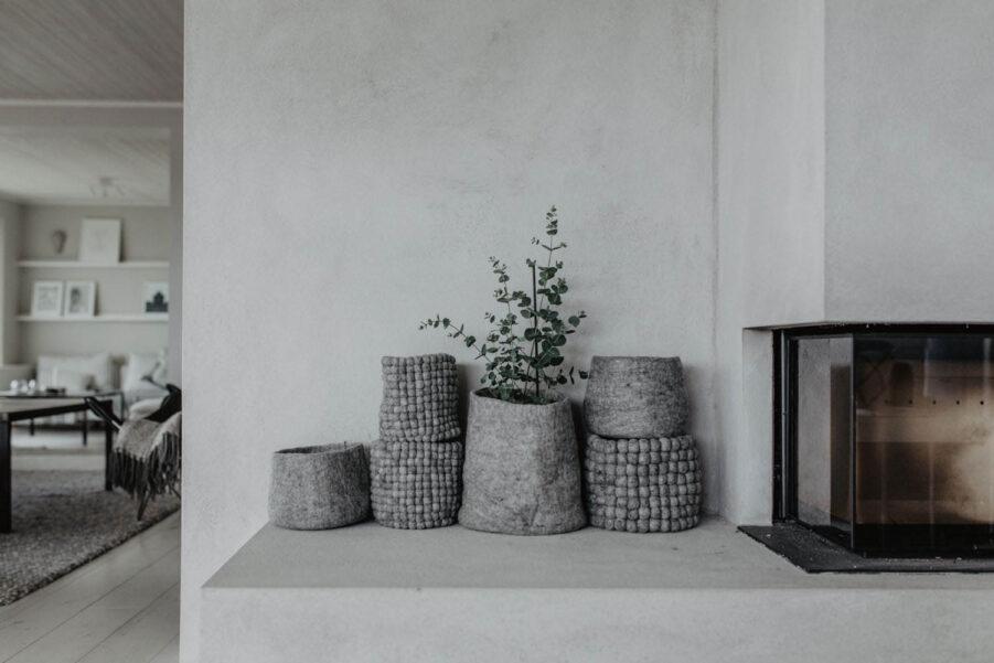 Miljöbild på korg i ull från Grafitgrå.