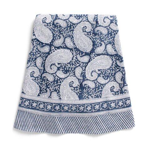 Rund marinblå duk med paisley-mønster.