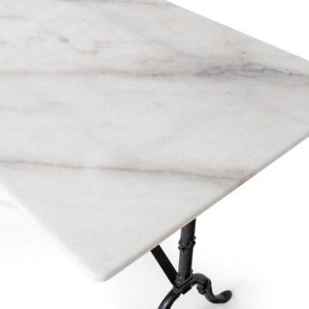Marmorbord i storlek 120x70 cm.