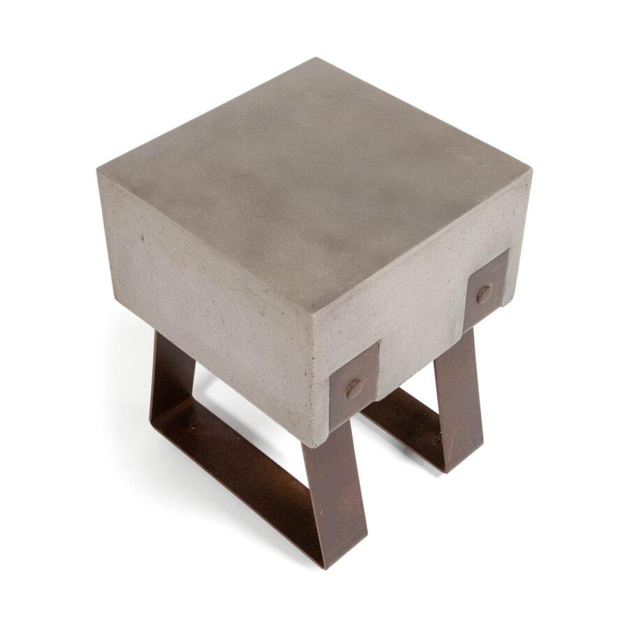 Vader pall i betong och rostigt stål.