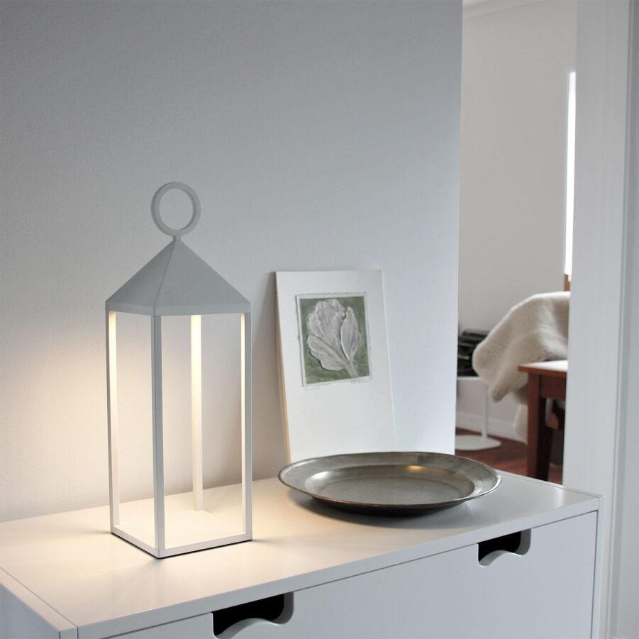 Faro 47 lampa i vitt, tänd.