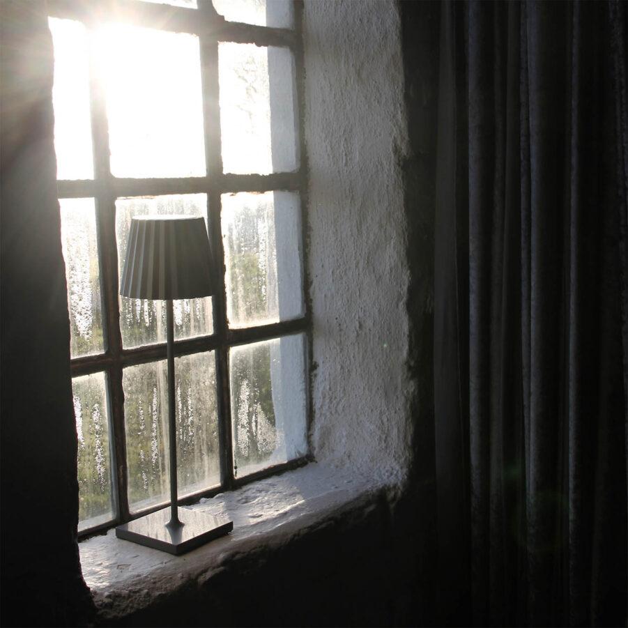 Miljöbild på Lucy antracitgrå lampa från LightsOn Unplugged.