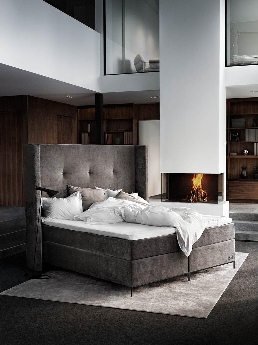Miljöbild på säng med två set reling sängben 90 cm i svart.