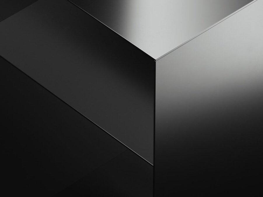 Detalj av Holme sängbord i kromad stål.