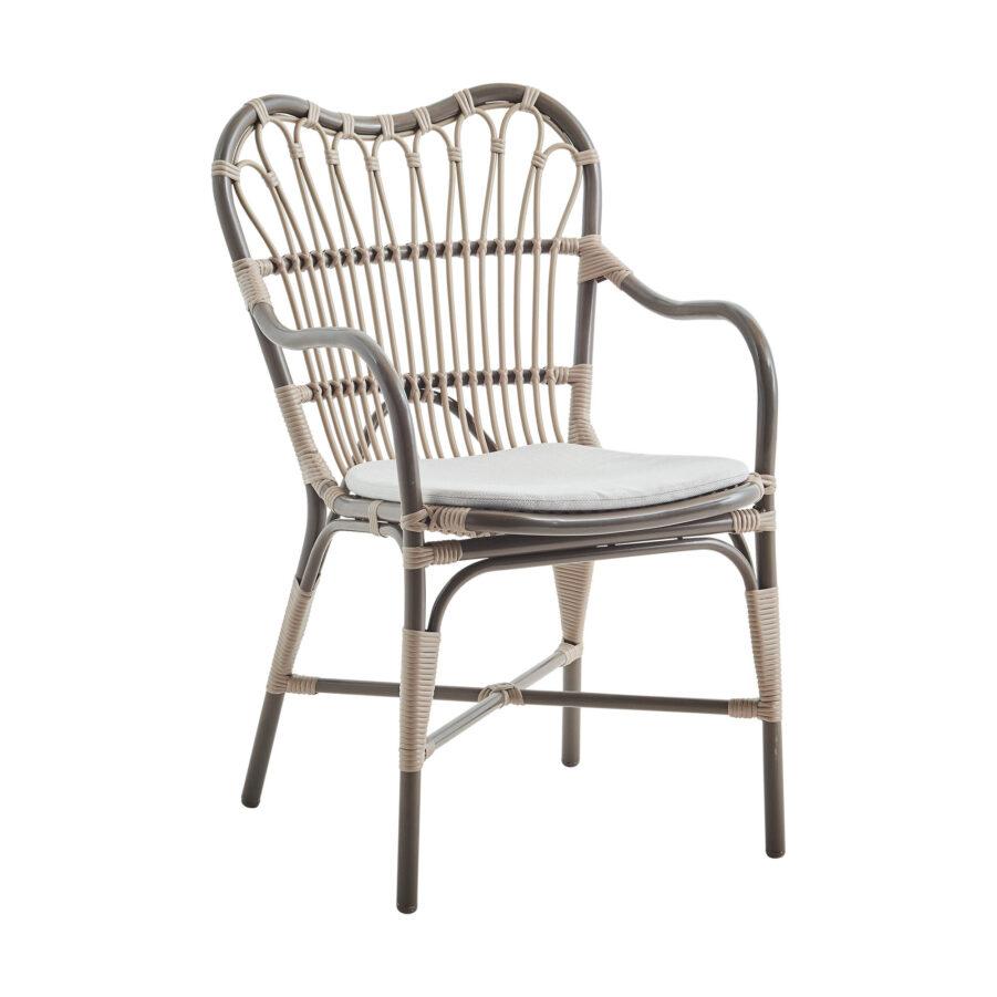 Margret karmstol i moccachino med grå dyna.