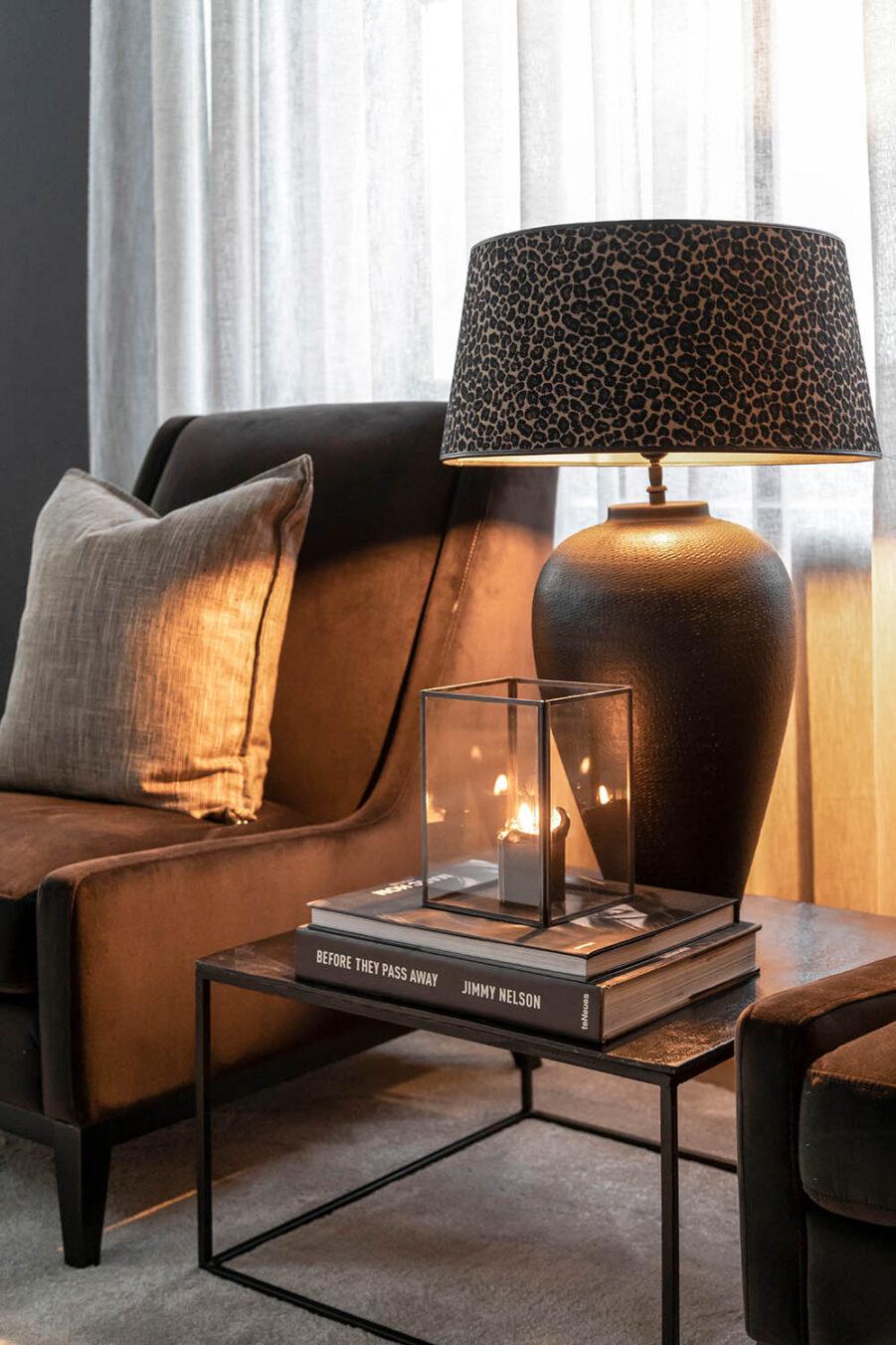 Miljöbild på Harmony fåtölj med Mille sidobord och lampa med leopard lampskärm.W20_41_Mischa Mille Leopard