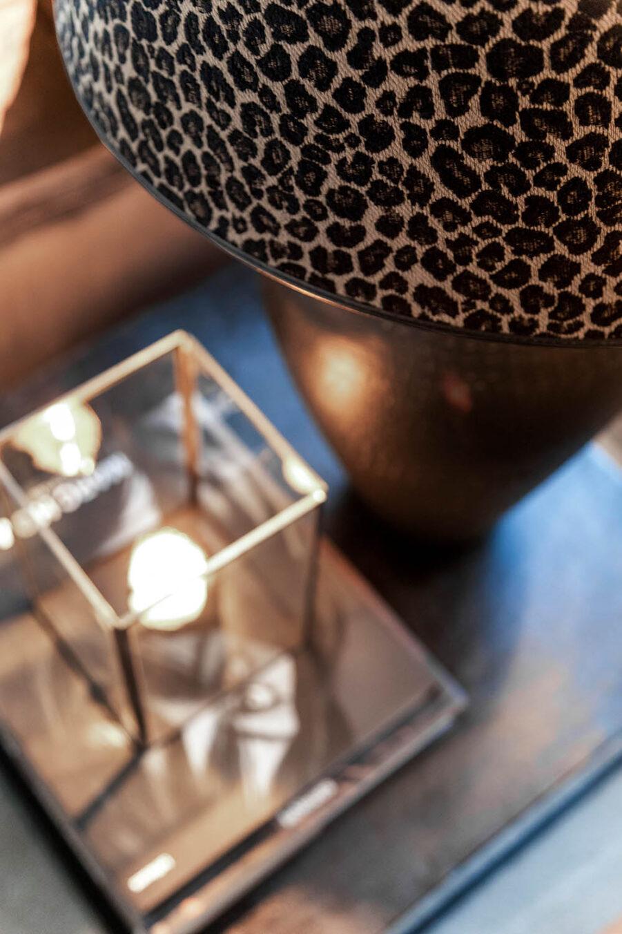 Närbild på Leopard lampskärm.