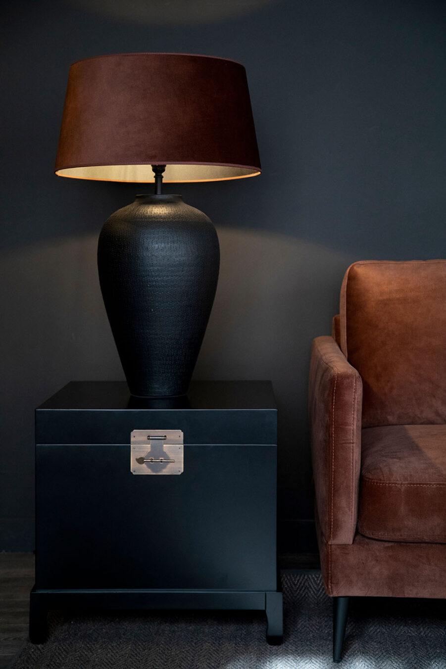Miljöbild på Macao sidobord med Florence lampa med Avanna lampskärm.