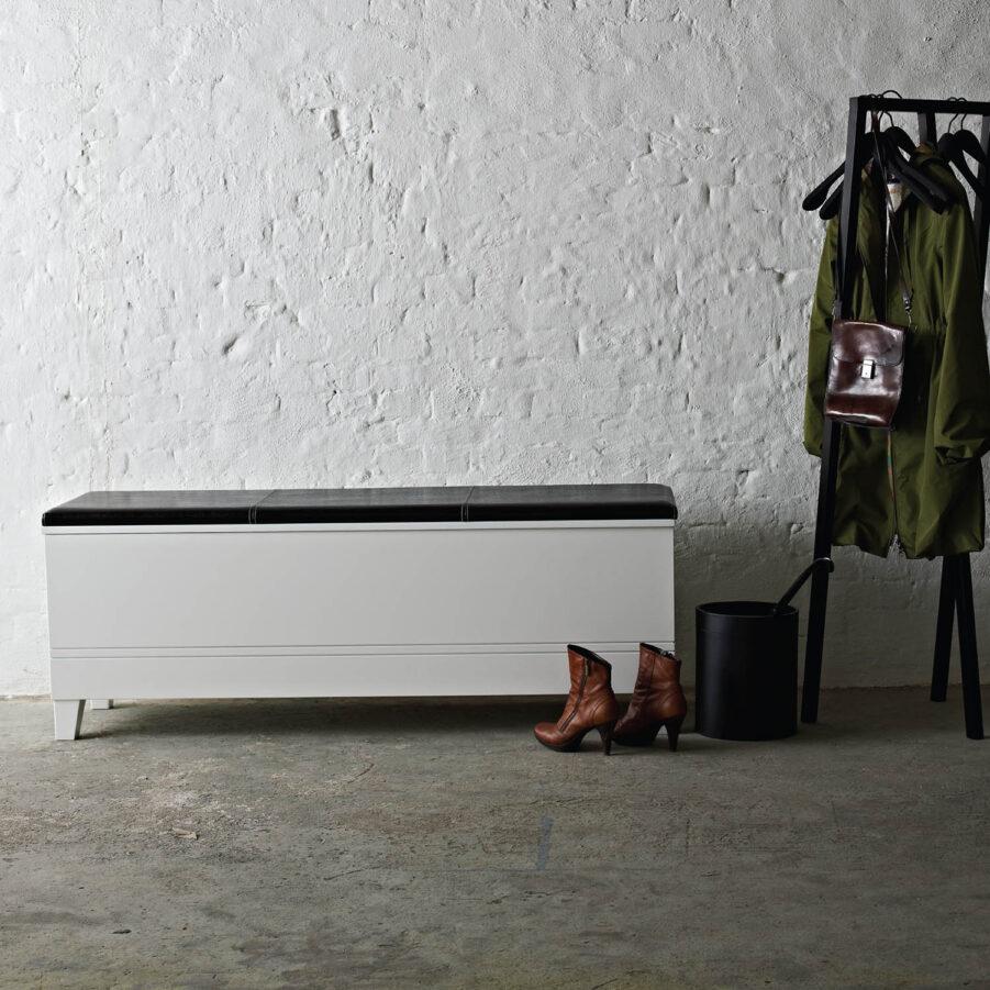 Miljöbild på Viggo sängbänk i vitt.