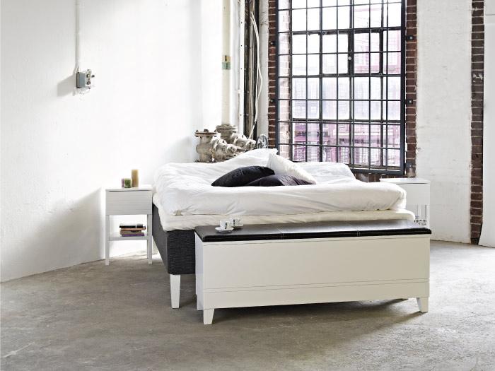 Viggo sängbänk i vitt.