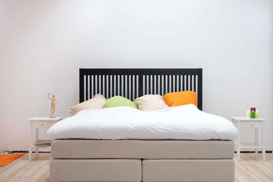Miljöbild på Nova sänggavel i svart.
