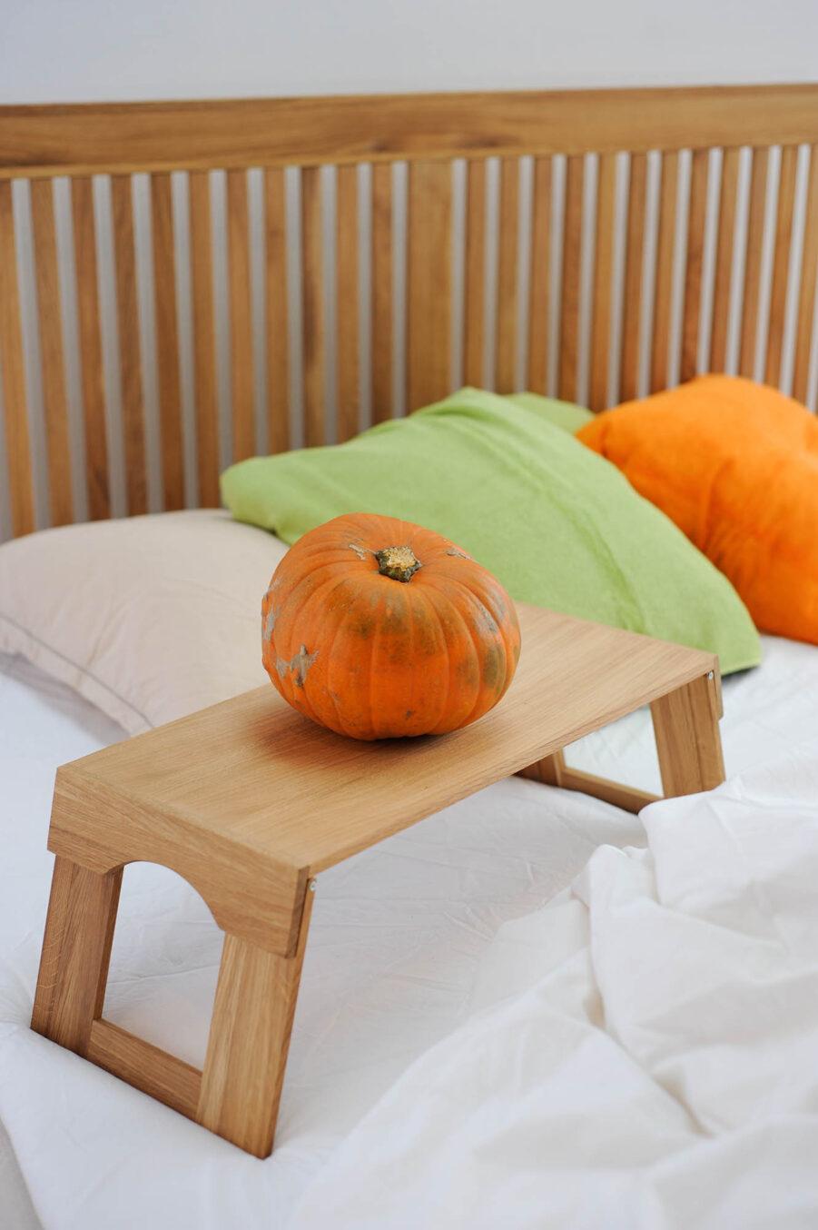 Miljöbild på Nova sänggavel och sängbricka.