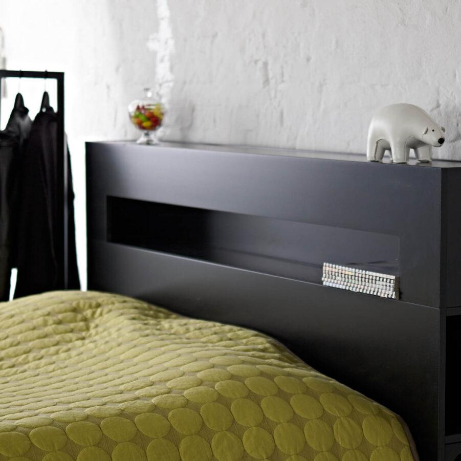 Miljöbild på Wilma sänggavel i svartbetsad bok.