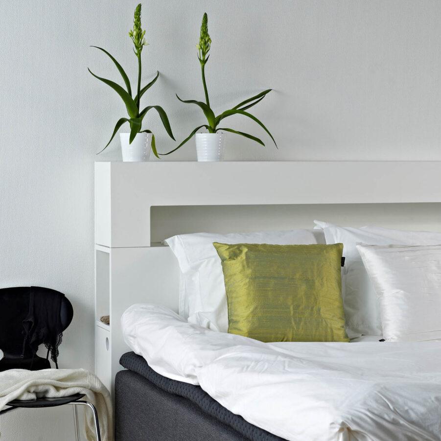 Miljöbild på WIlma sänggavel i vitt.
