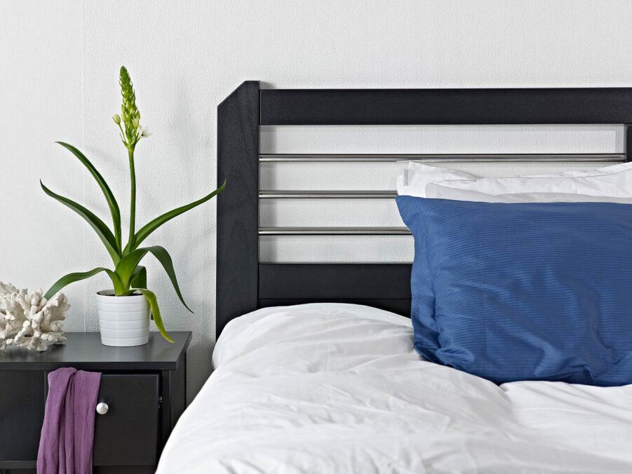 Miljöbild på Silva sänggavel i svart från Zebra COllection.