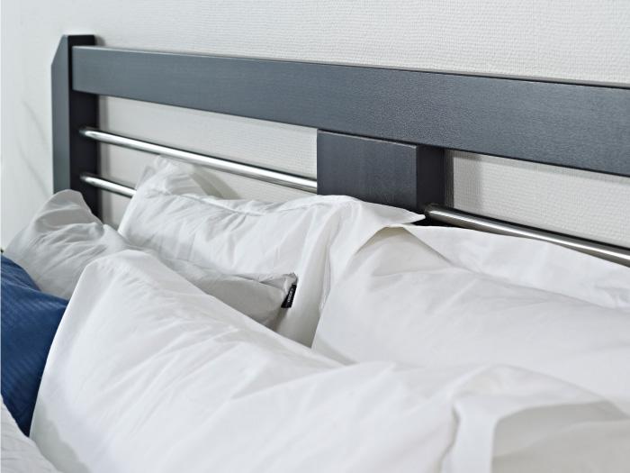 Närbild på Silva sänggavel i svart från Zebra COllection.