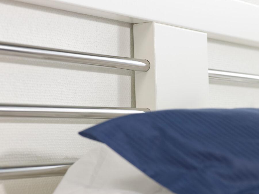 Detaljbild på Zebra sänggavel i vitt.