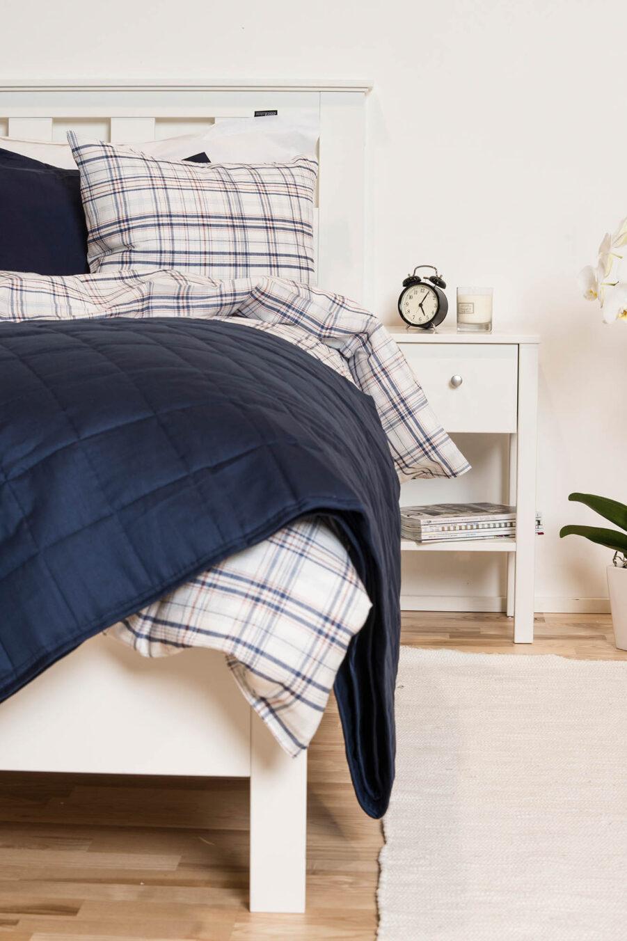 Miljöbild på Saga sänggavel till enkelsäng.