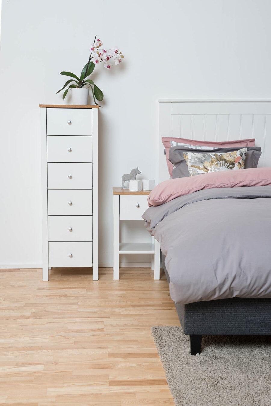 Miljöbild på Skanör sänggavel med Saga brå och sängbord.