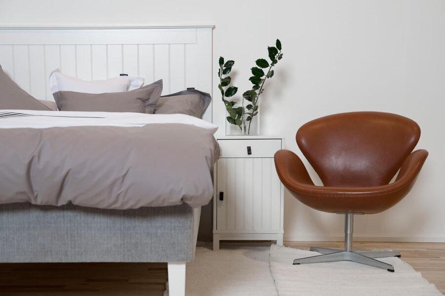 Miljöbild på Skanör sänggavel och sängbord.