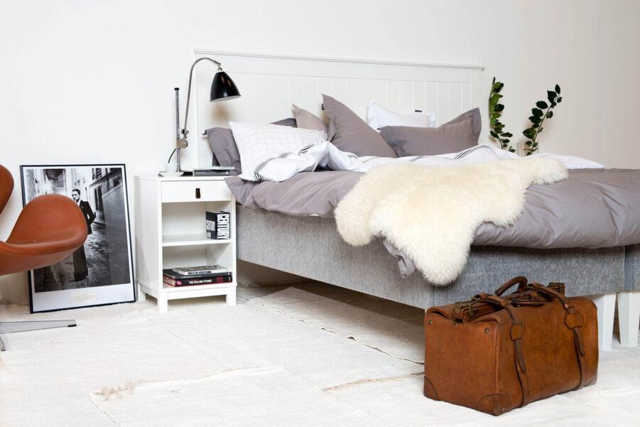 Miljöbild på Skanör sänggavel med Svaneholm sängbord.