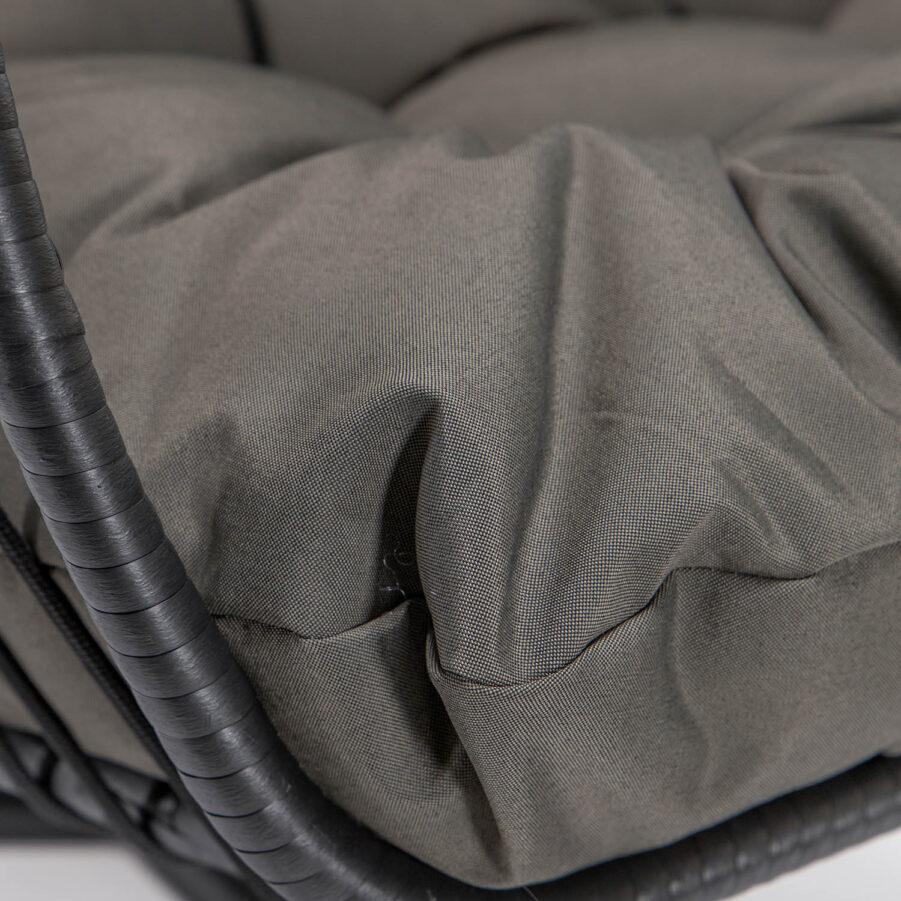 Detaljbild på dyna till Nova hänggunga svart inkl. mörkgrå dyna och stativ.