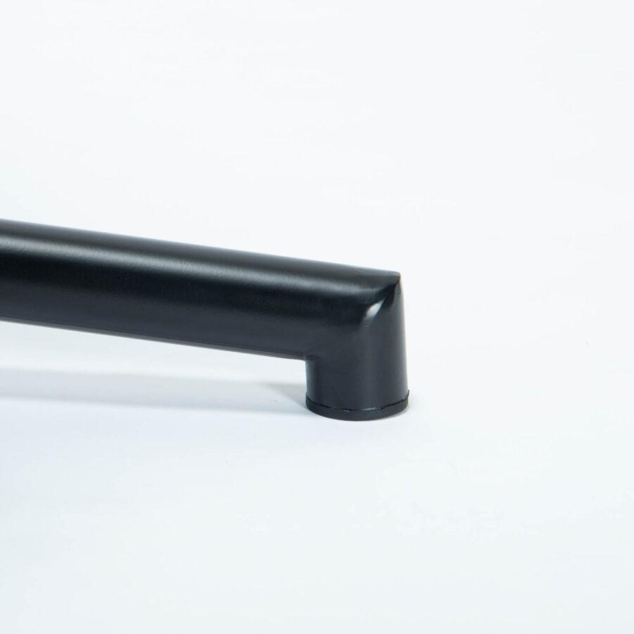 Detaljbild på stativet till Nova hänggunga i svart.