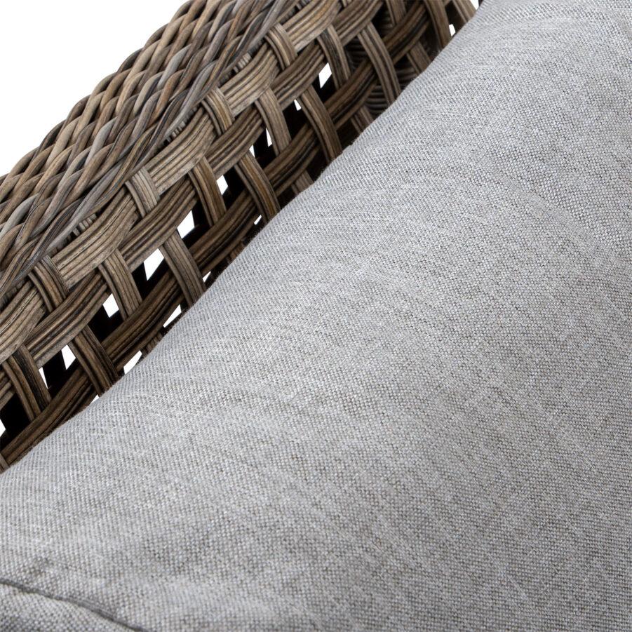 Detaljbild på New Heaven soffa i drivvedsfärgad konstrotting med bruna dynor.