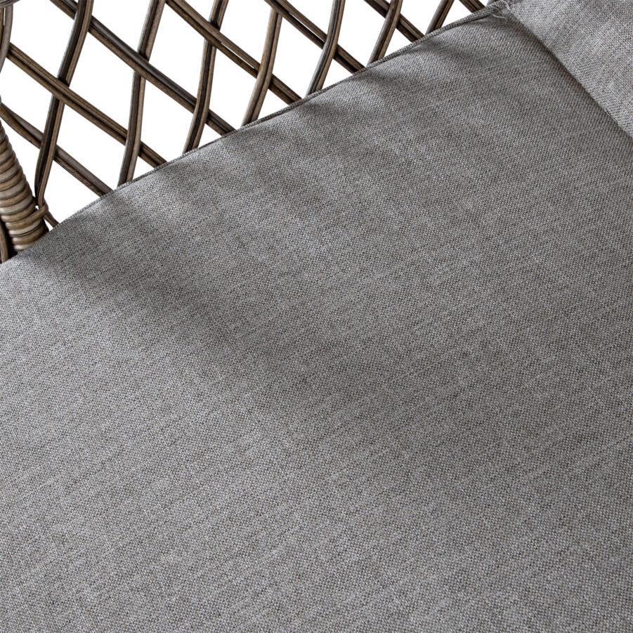 Detaljbild på Marienlyst solsäng i glesflätad drivvedsfärgad konstrotting med brun dyna.