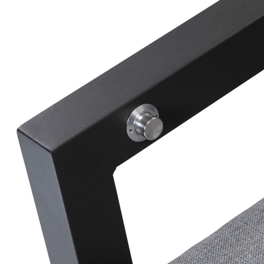 Detaljbild Como positionsstol i antracitgrå aluminium med ljusgrå dyna i olefin.