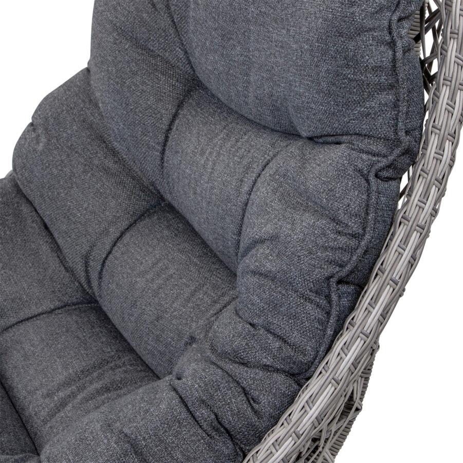 Detaljbild på Tarragona fåtölj i pärlgrå konstrotting med mörkgrå dynor.