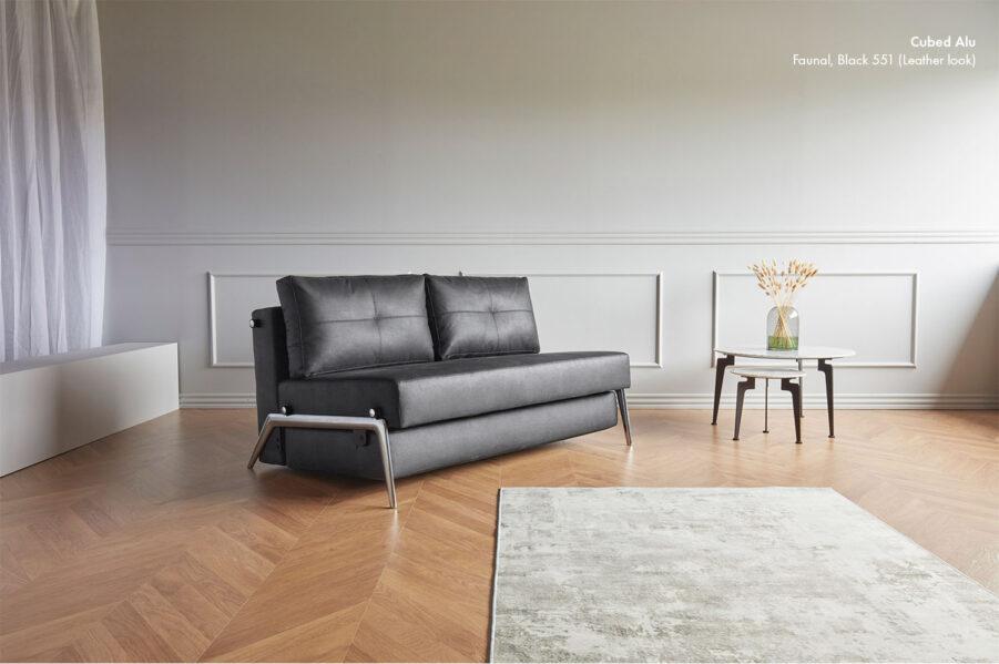 Miljöbild på Cubed Alu soffa i tyget Faunal Black 550.