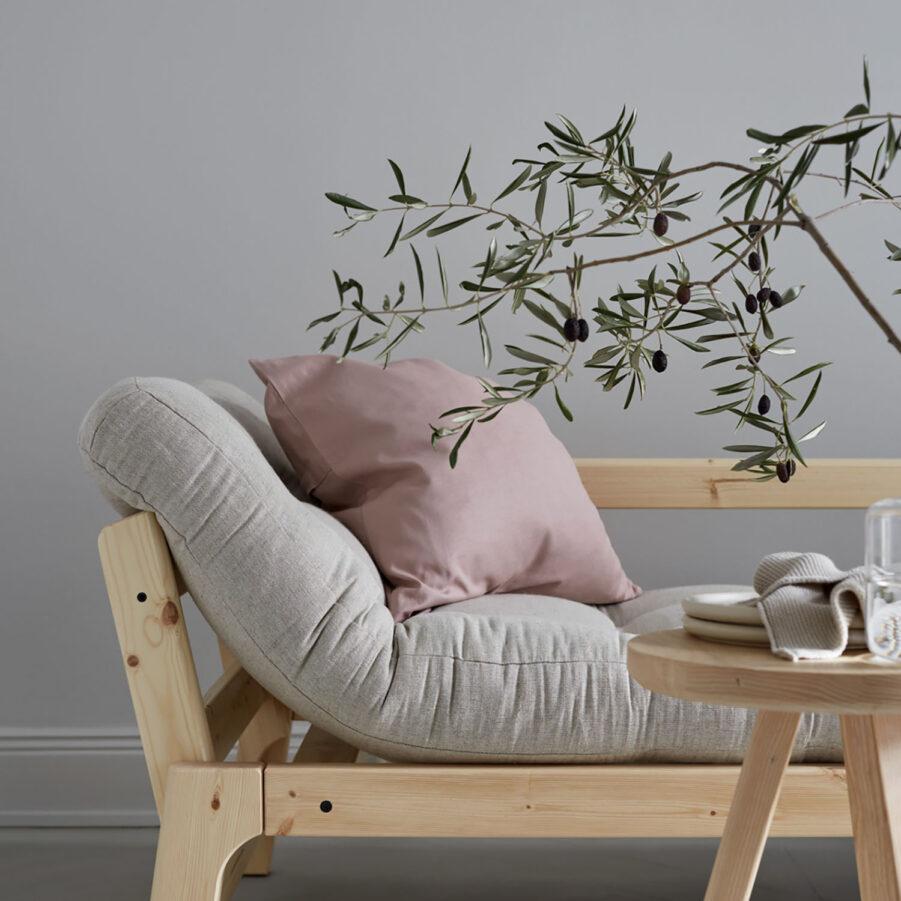 Miljöbild på Step soffa i klarlackad furu med linnedyna.