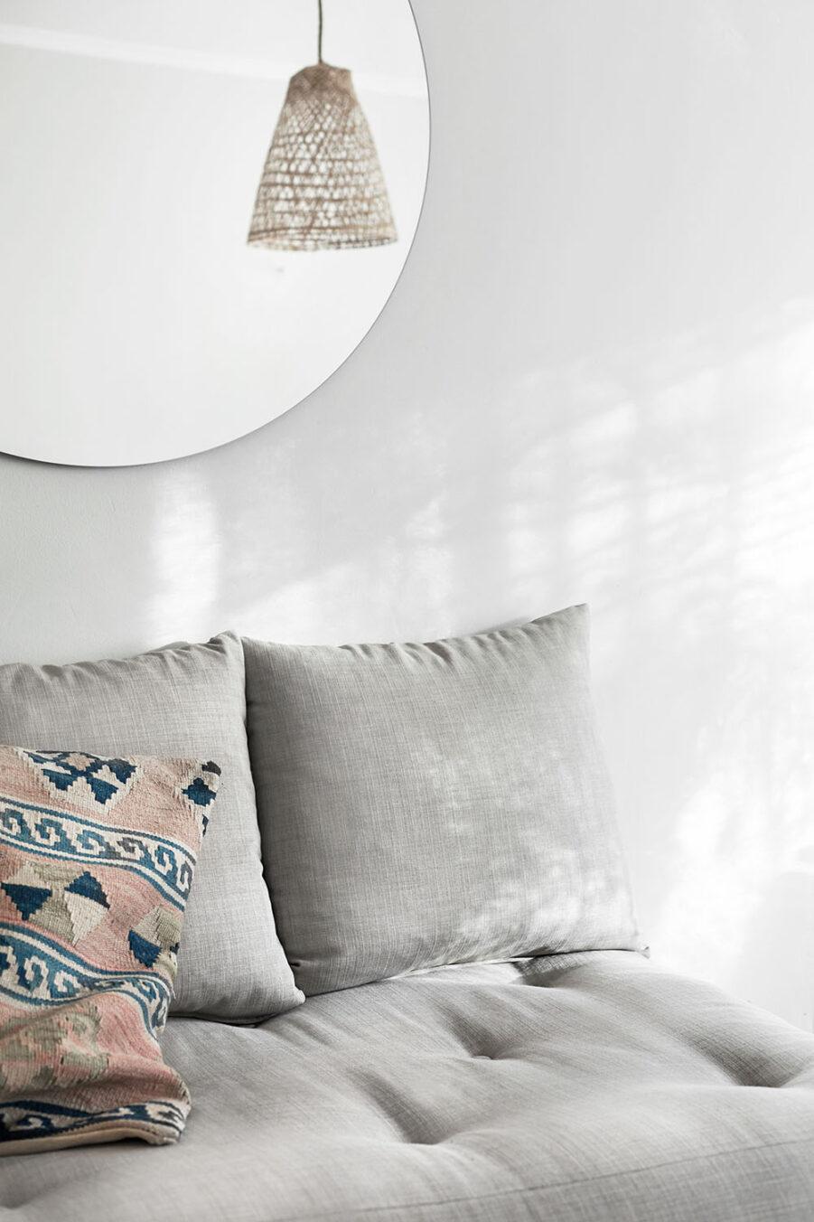 Miljöbild på Senza dagbädd med madrass i linnetyg.