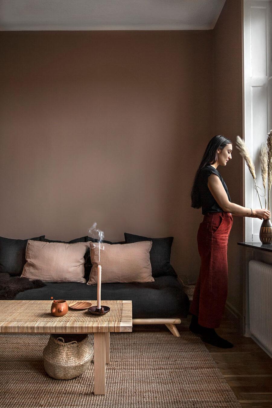 Miljöbild på Senza soffa med madrass i mörkgrått.