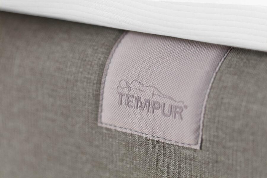 Detaljbild av Tempur North i ljusgrått tyg.