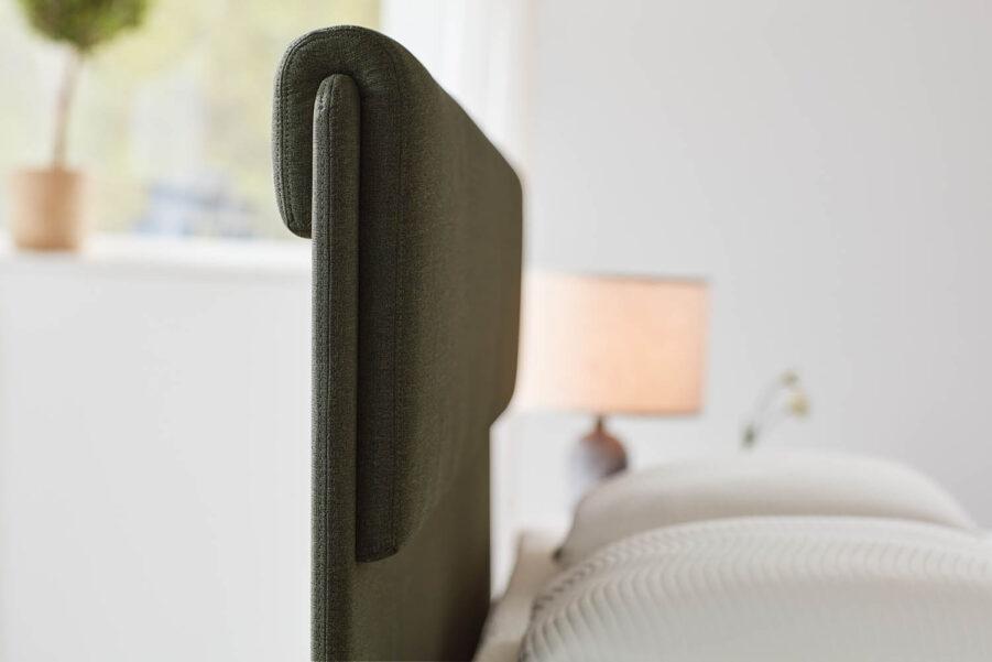 Närbild på Skogsgrön Design sänggavel.