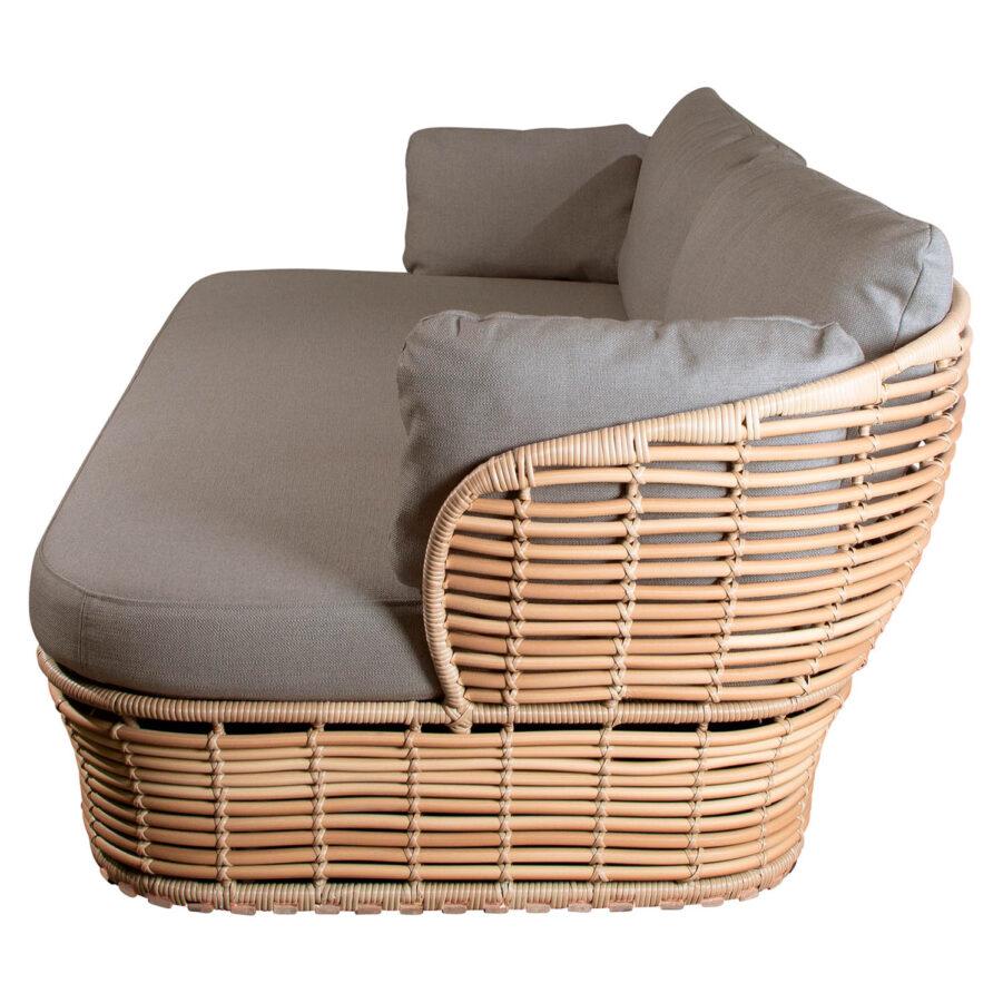 Basket soffa i natur med dynor i taupe.