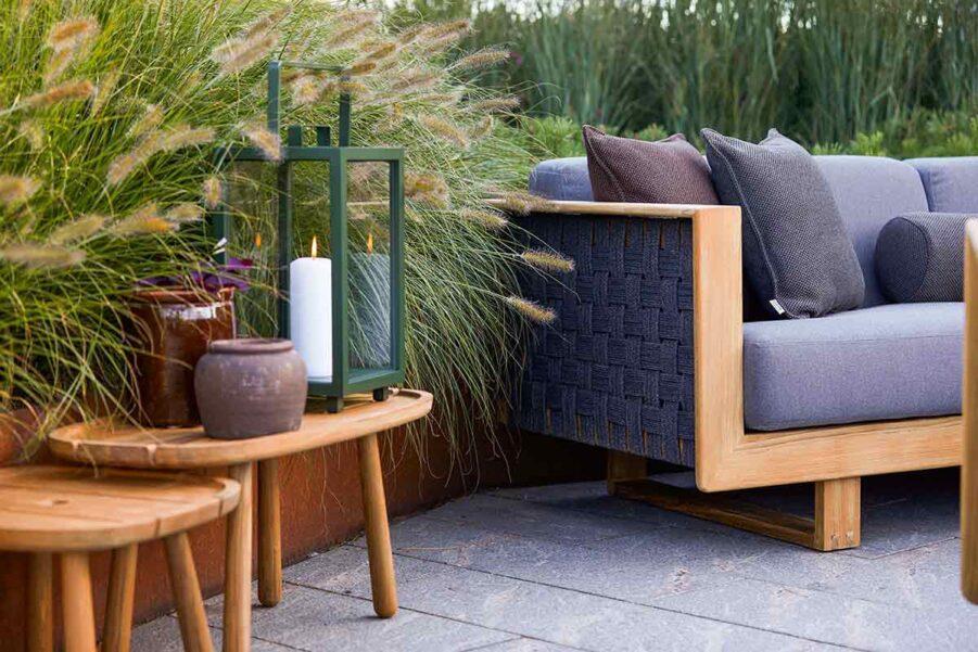 Miljöbild på Angle soffa med Royal sidobord i teak.