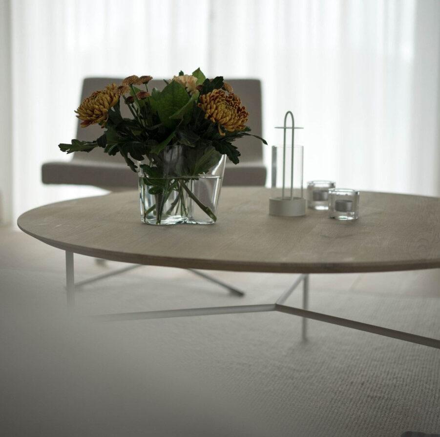 Miljöbild på Tribeca soffbord i såpad ek med vitt stativ.