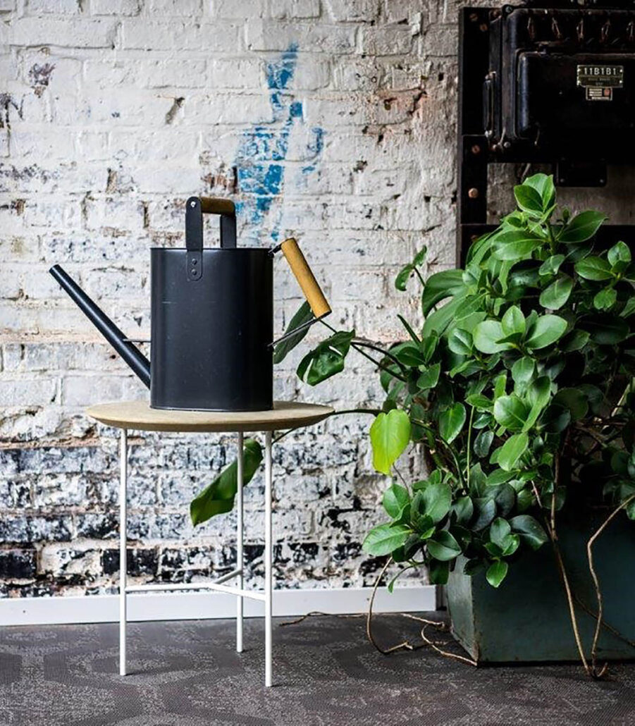 Miljöbild på Tribeca sidobord i vitt och såpad ek.
