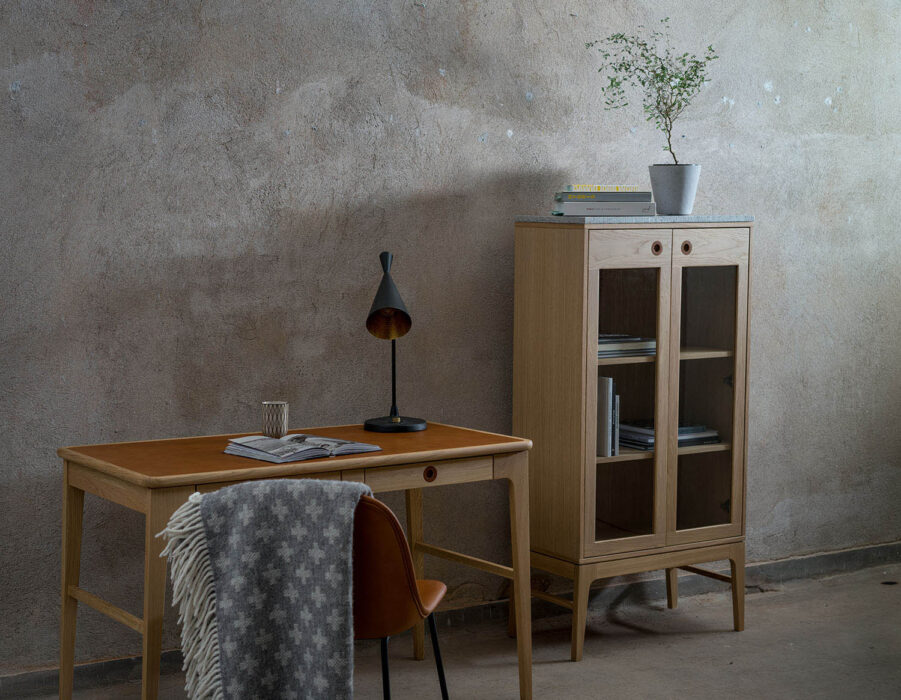 Miljöbild på Höllviken vitrinskåp och skrivbord i vitpigmenterad ek.