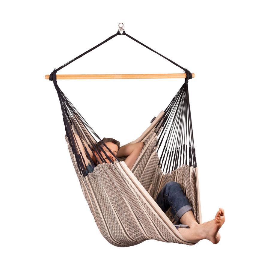 Bild på person som sitter i Habana Comfort hänggunga i färgen Zebra.